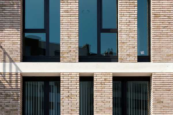 A façade structure full of contrast thanks to yellow brown Nature7 Brick V